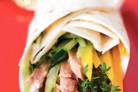 Wrap met komkommer en tonijn