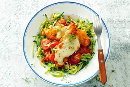 Krokant kiphaasje met mozzarella en courgettespaghetti