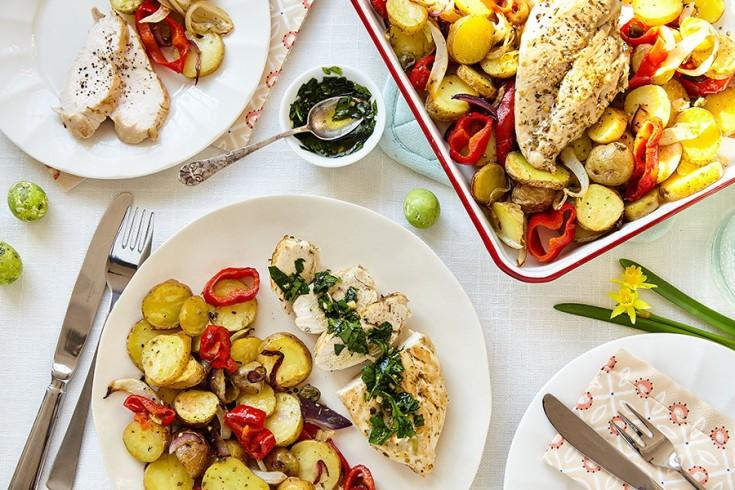 Gebakken kip met ovengroenten en kruidenolie