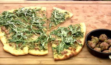Recept 'pizza met lamsgehakt en peterseliepesto'