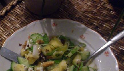 Zomerse en frisse salade met aardbei, peer, kaas (feta/geit ...