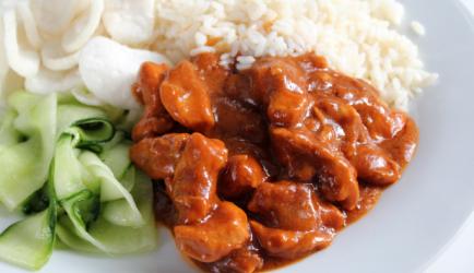 Hete kip met rijst en komkommersalade recept