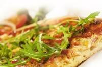 Pizza met ham, mozzarella en rucola recept