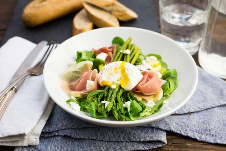 Maaltijdsalade met groene asperges en rauwe ham