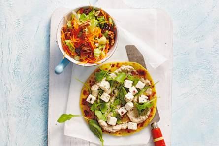 Panpizza met witte kaas en wortelsalade