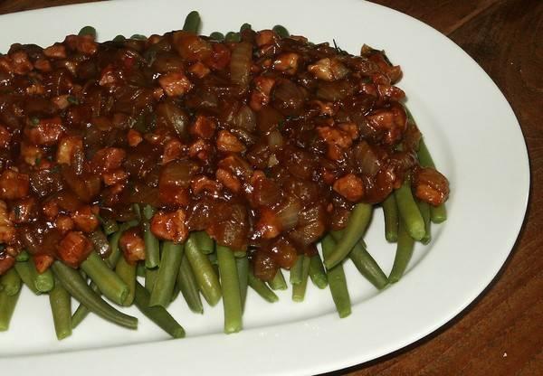 Sperziebonen overgoten met een spek-uiensaus recept