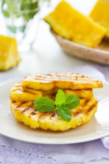 Recept 'gekarameliseerde ananasschijven met kokos'