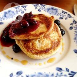 Homemade blueberry pancakes met blauwe bessensaus recept ...