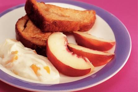 Wentelteefjes van suikerbrood met nectarine