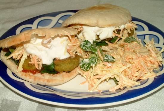 Broodje falafel met witte koolsalade en yoghurt-knoflooksaus ...