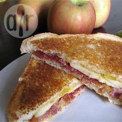 Gegrilde sandwich met spek en appel recept