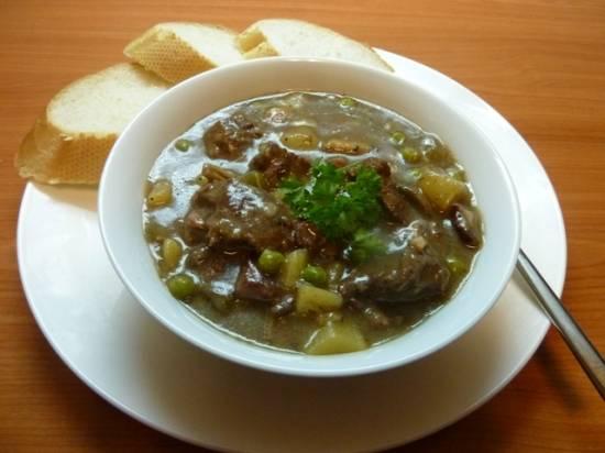 Stoofschotel van rundvlees, paddenstoelen en groenten, recept ...