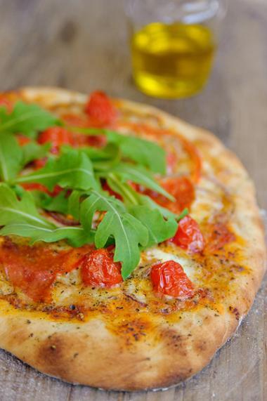 Recept 'pizza met salami, tomaat en rucola'