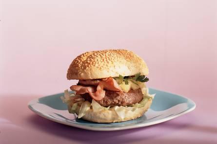 Baconburger met pittige ananassalsa
