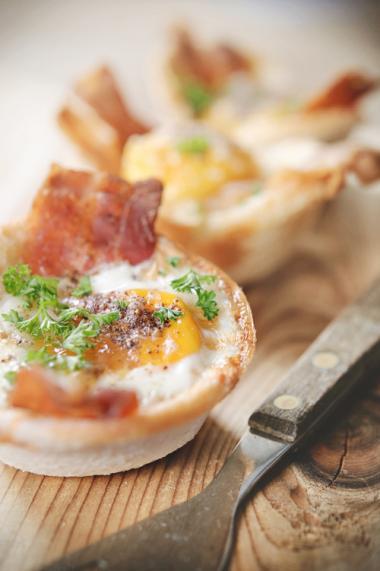 Recept 'knapperige ontbijtcups met spek en een eitje'