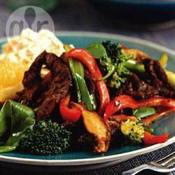 Roergebakken rundvleesreepjes met broccoli, peultjes, paprika en ...