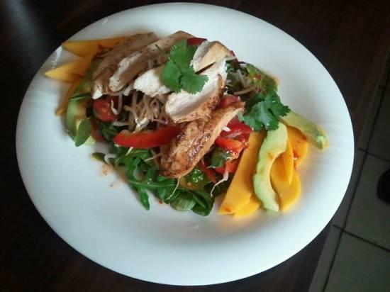Thaise salade met kipfilet, mango en pittigzoete dressing recept ...