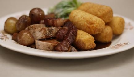 Varkenshaas in jachtsaus met sla en aardappelkroketten recept ...