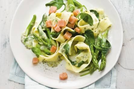 Pasta met zalm, spinazie en asperges