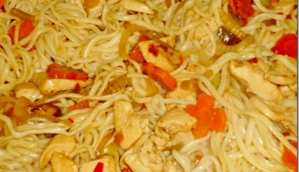Groenten bami met kip en hoisinsaus recept