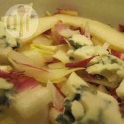 Witlofsalade met peer en roquefort recept