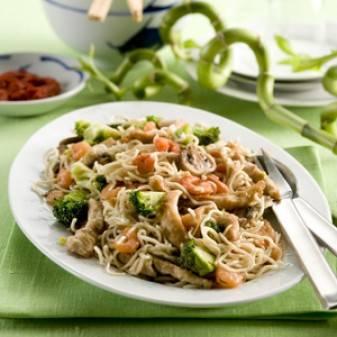 Noedels met kip en garnalen (chow mein) recept