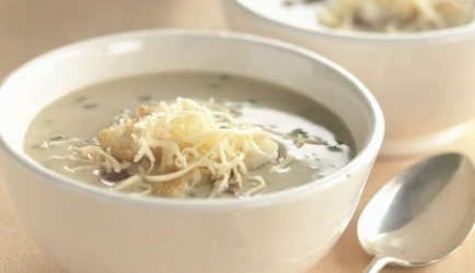 Knoflook-kaassoep met krokante spekreepjes recept