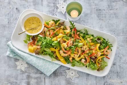 Salade met gebakken garnalen en mango-knoflooksaus
