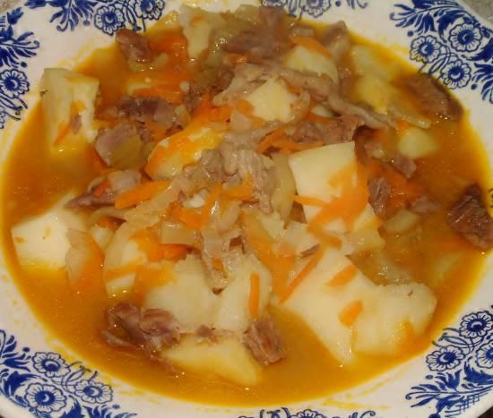 Stoofschotel/soep met groenten en corned beef ...