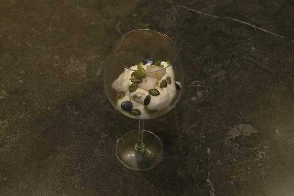 Mascarponecrème met peer en crumble van pistachenootjes