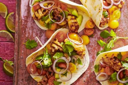 Gordita's met gegrilde kip en avocadosalade