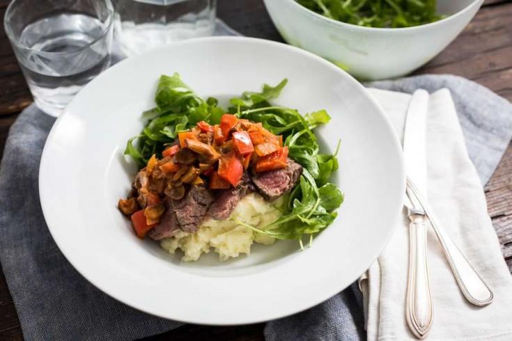 Biefstuk stroganoff met aardappelpuree en rucola