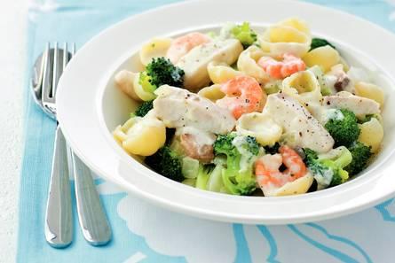 Pasta met vis, garnalen en broccoli