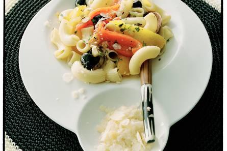 Macaroni met geroosterde paprika en olijven