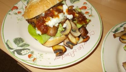 Heerlijk broodje paddenstoelen, romige avocado, gorgonzola e ...