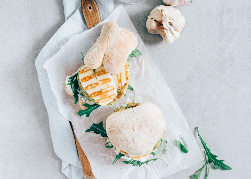 Vegetarische courgetteburger met halloumi