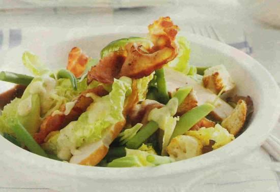 Salade met avocado en gerookte kip en bacon recept