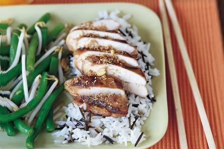 Kip teriyaki met wilde rijst en oosterse salade.