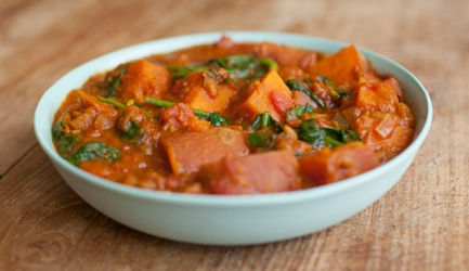 Zoete aardappel-dahl met verse basilicum en warm naanbrood ...
