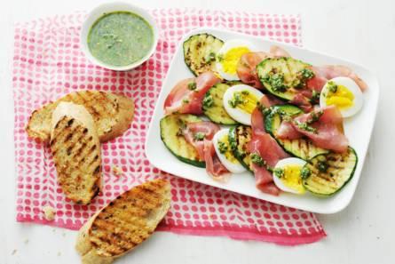 Courgette-rookvleessalade met ei en rucolapesto
