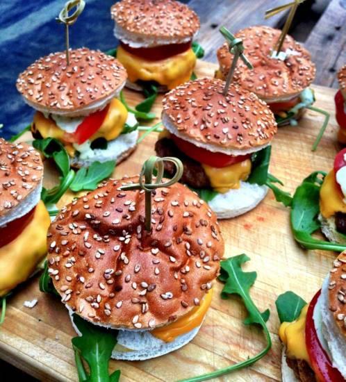Amuse van mini hamburgertjes met rucola en cheddar recept ...