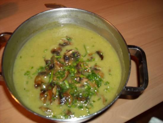 Romige broccolisoep met roomkaas en champignons recept ...