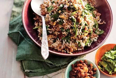 Pilav met gehakt, rozijnen en spinazie