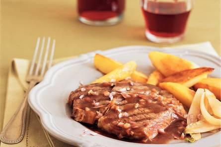 Ribeye met rode-wijnsaus, gebakken aardappels en witlof