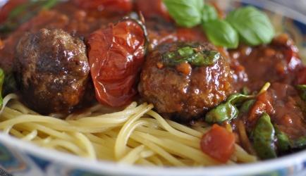 Italiaanse gehaktballetjes met verse tomatensaus en spaghetti ...