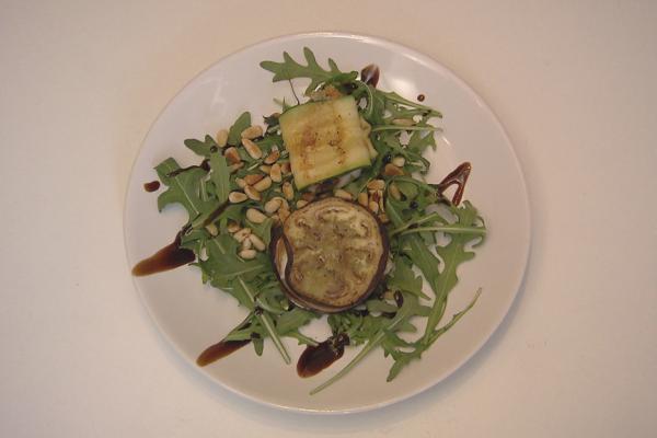 Courgetterolletjes met mozzarella en zwarte olijven en een caprese ...