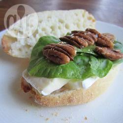 Broodje met brie, spinazie, pecannoten en honing recept