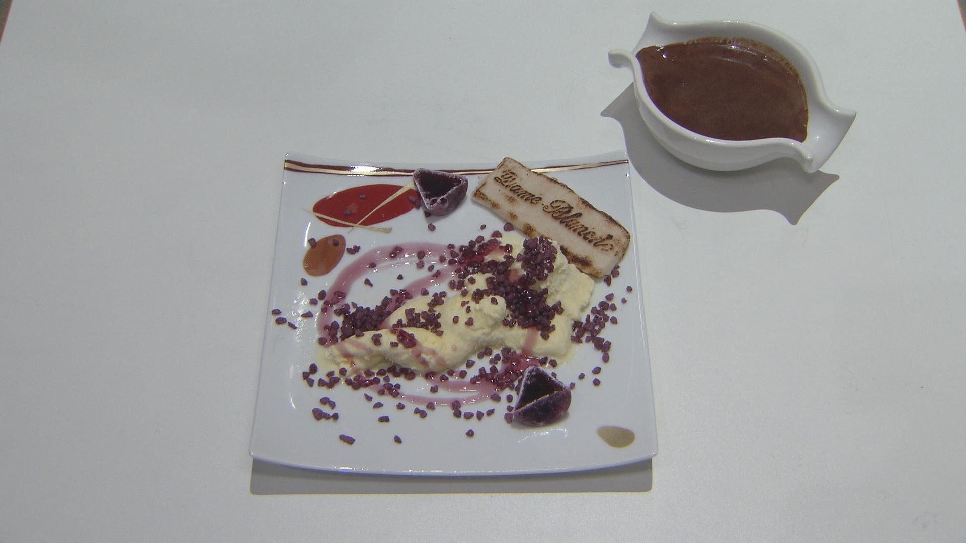 Flensje met cuberdonsaus, viooltjes, frambozen en een bolletje ijs ...
