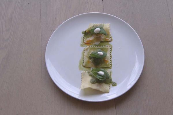 Ravioli gevuld met zongedroogde tomaten, fetacroutons en ...