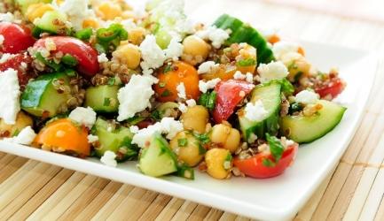 Maaltijdsalade met quinoa, kikkererwten, geitenkaas en avocado ...
